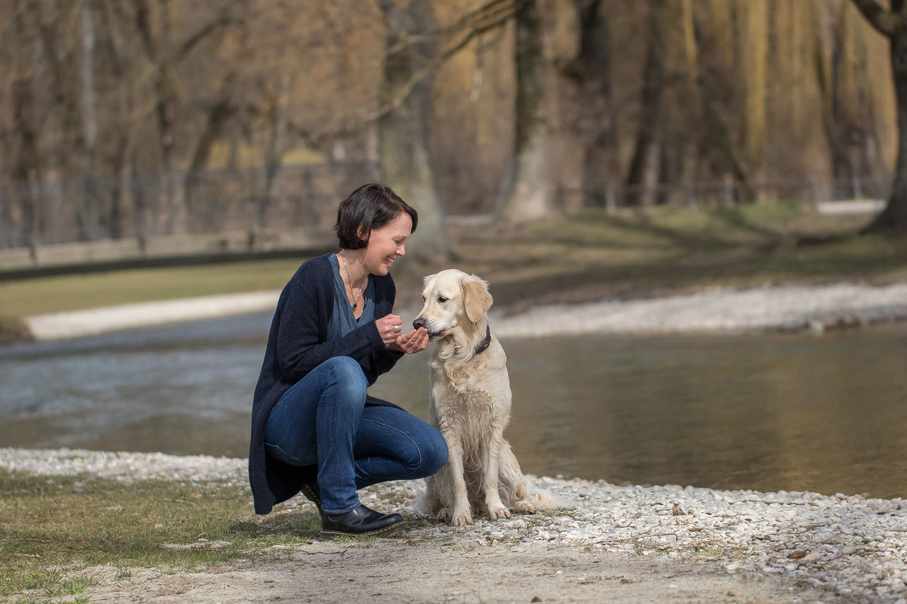 Sabine Frömel mit Therapiehund Molly